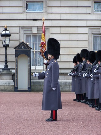 La rel ve de la garde buckingham palace bons plans londres for Portent en anglais