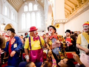 messe-clowns-londres-eglise