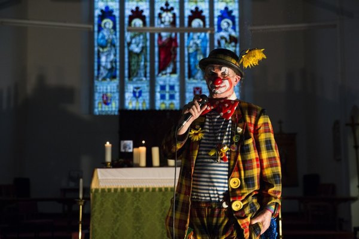 Assister à la messe des clowns à Londres !